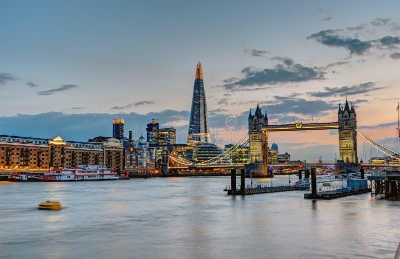 A skyline de Londres após o por do sol imagens de stock