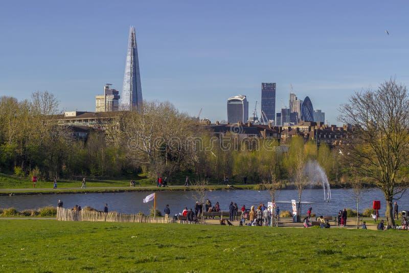 Skyline de Londres de Burgess Park imagens de stock