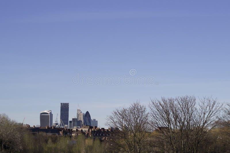 Skyline de Londres de Burgess Park foto de stock royalty free