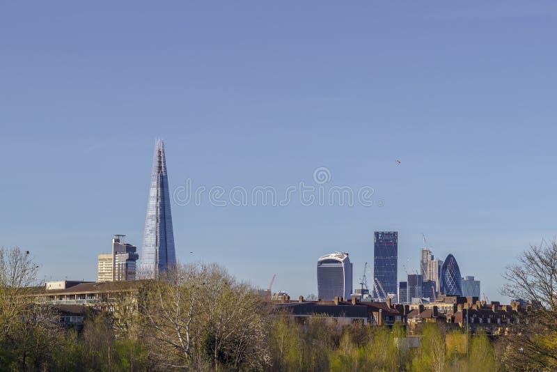 Skyline de Londres de Burgess Park foto de stock