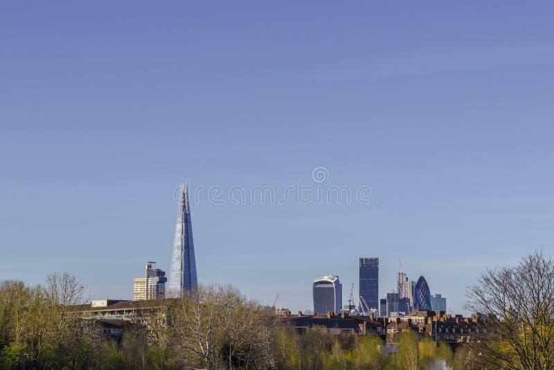 Skyline de Londres de Burgess Park fotografia de stock royalty free