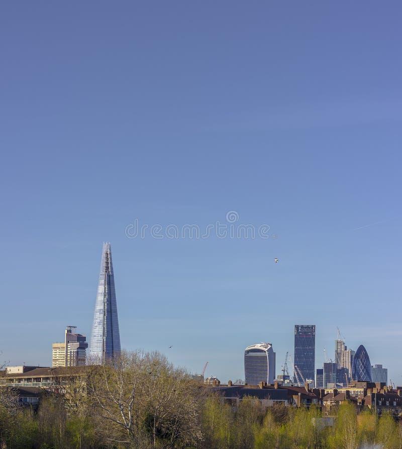 Skyline de Londres de Burgess Park fotografia de stock