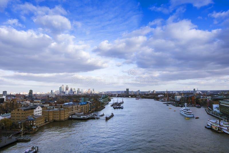 Skyline de Londres em um dia ensolarado brilhante na mola imagem de stock