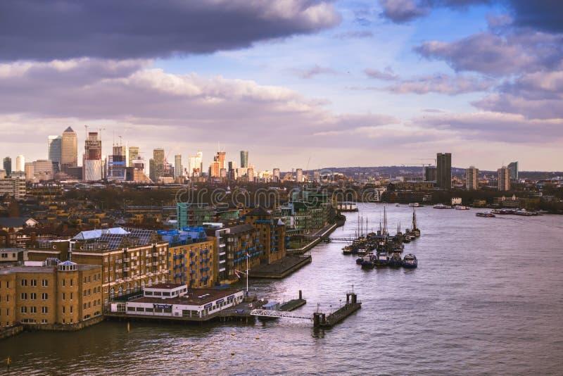 Skyline de Londres na luz do por do sol Vista para as zonas das docas foto de stock royalty free