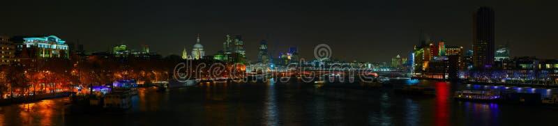 Skyline de Londres sobre o rio Tamisa na noite imagem de stock royalty free