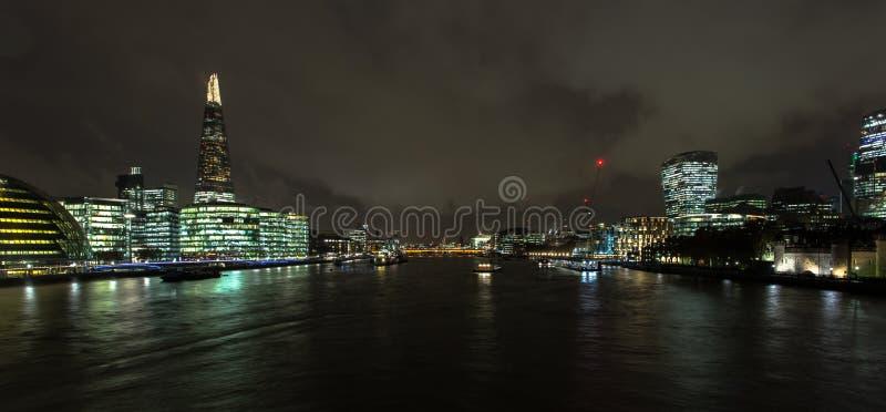 Skyline de Londres sobre o rio Tamisa na noite fotografia de stock