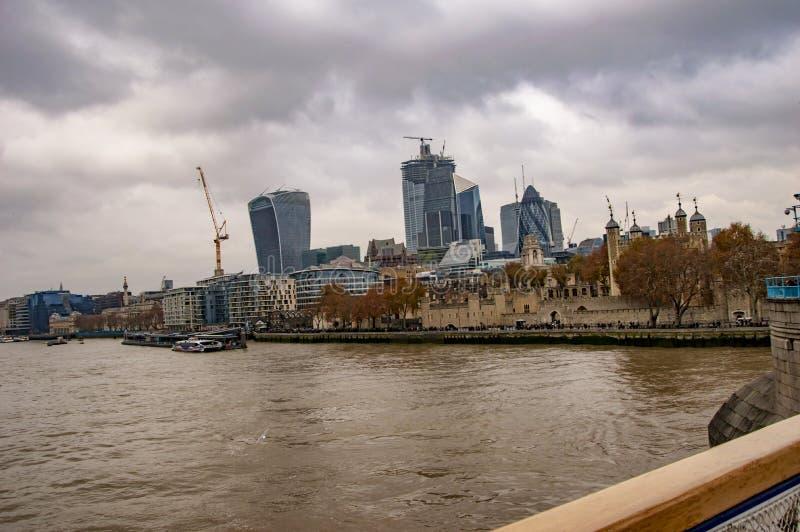 Skyline de Londres Tamisa com nuvens e água no rio fotos de stock