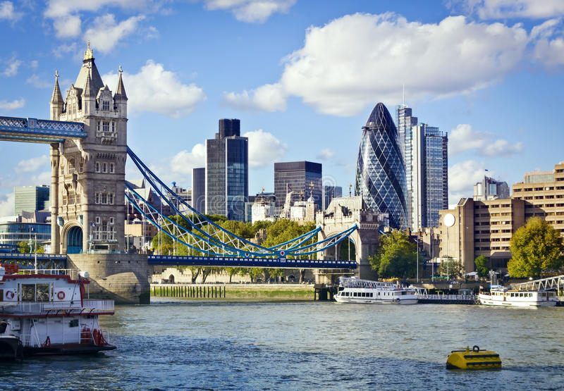 Skyline de Londres vista do rio Tamisa imagem de stock