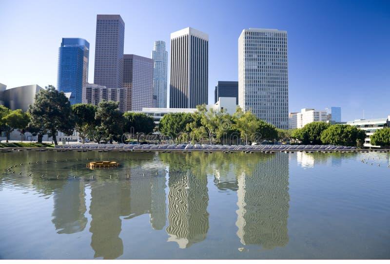 Skyline de Los Angeles e reflexão da água fotos de stock royalty free