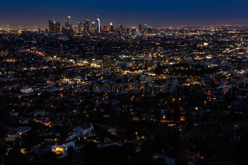 Skyline de Los Angeles no ângulo largo da noite foto de stock
