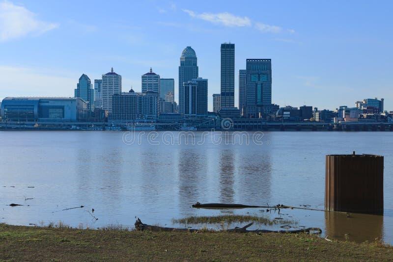 Skyline de Louisville, Kentucky através do Rio Ohio fotos de stock