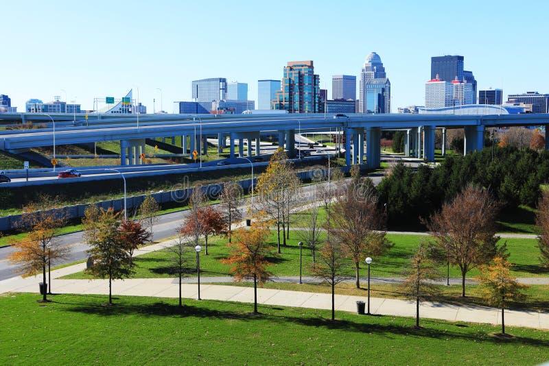 Skyline de Louisville, Kentucky com a via expressa na parte dianteira imagem de stock