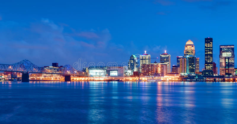 Skyline de Louisville, Kentucky na noite foto de stock
