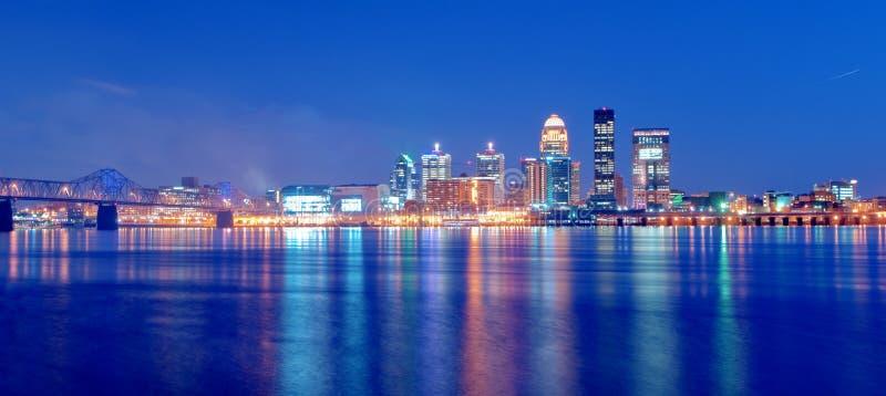 Skyline de Louisville, Kentucky na noite imagem de stock royalty free