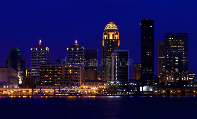 Skyline de Louisville, Kentucky na noite fotos de stock