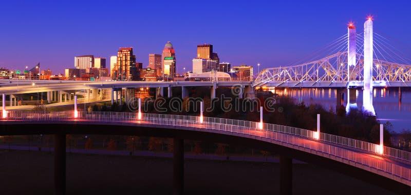 Skyline de Louisville, Kentucky no crepúsculo imagens de stock