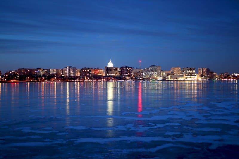 Skyline de Madison iluminada na noite do inverno imagens de stock
