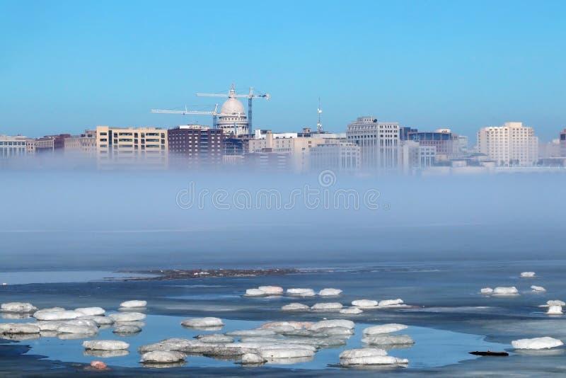 Skyline de Madison Wisconsin e da névoa do inverno fotografia de stock royalty free