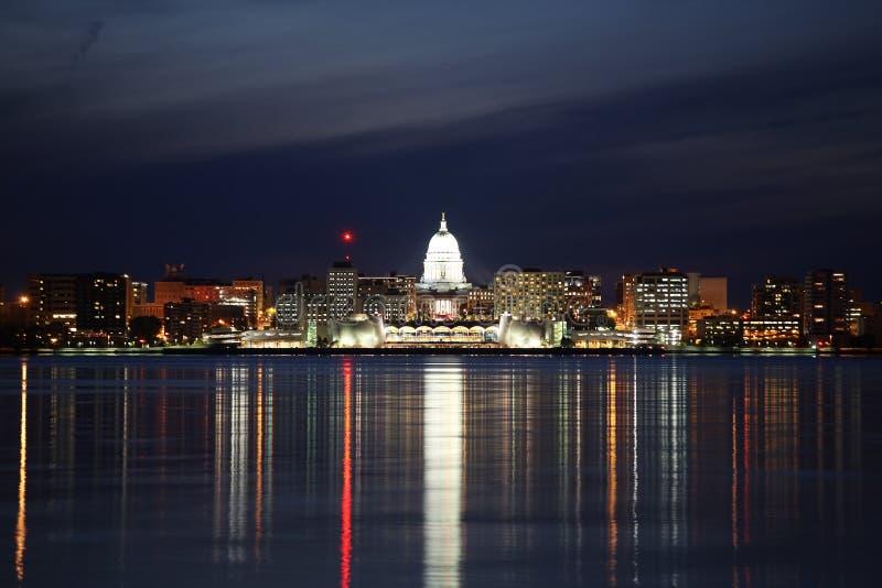 Skyline de Madison Wisconsin na noite imagem de stock