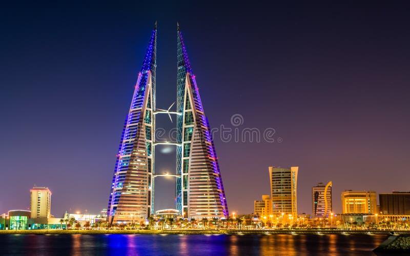 A skyline de Manama dominou pela construção do World Trade Center barém fotografia de stock royalty free