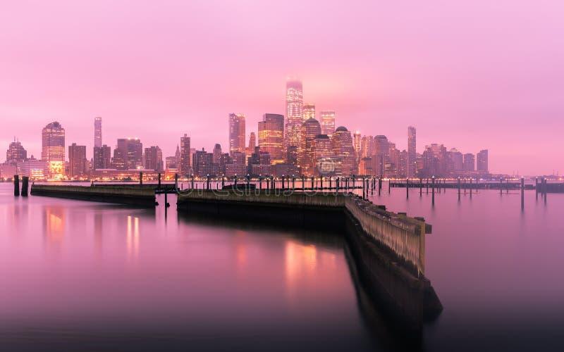 Skyline de Manhattan antes do nascer do sol com névoa, New York City, EUA foto de stock