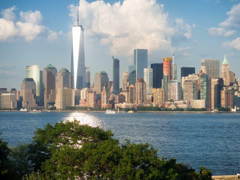 A skyline de Manhattan como visto de Ellis Island imagens de stock royalty free
