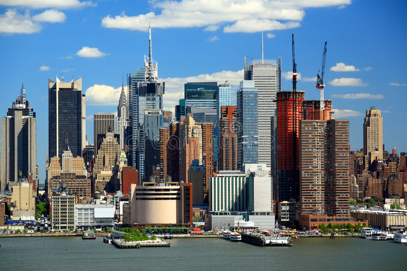 A skyline de Manhattan do Midtown imagens de stock