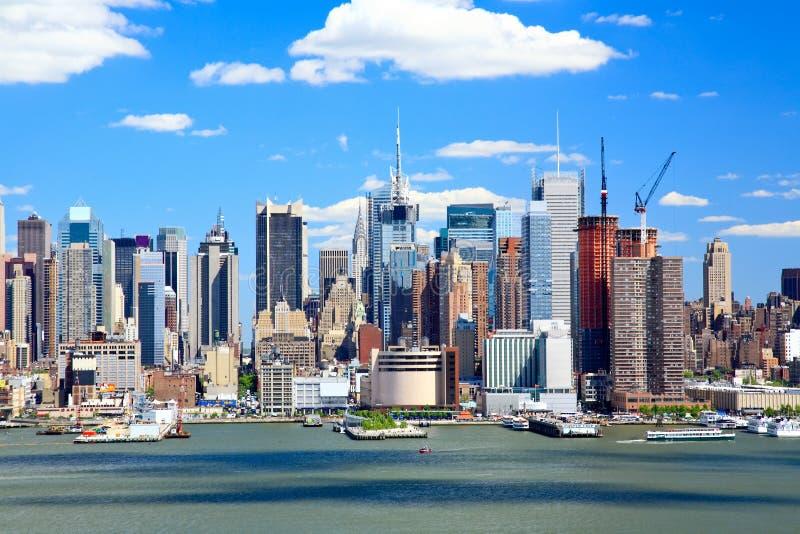 A skyline de Manhattan do Midtown em um dia ensolarado foto de stock