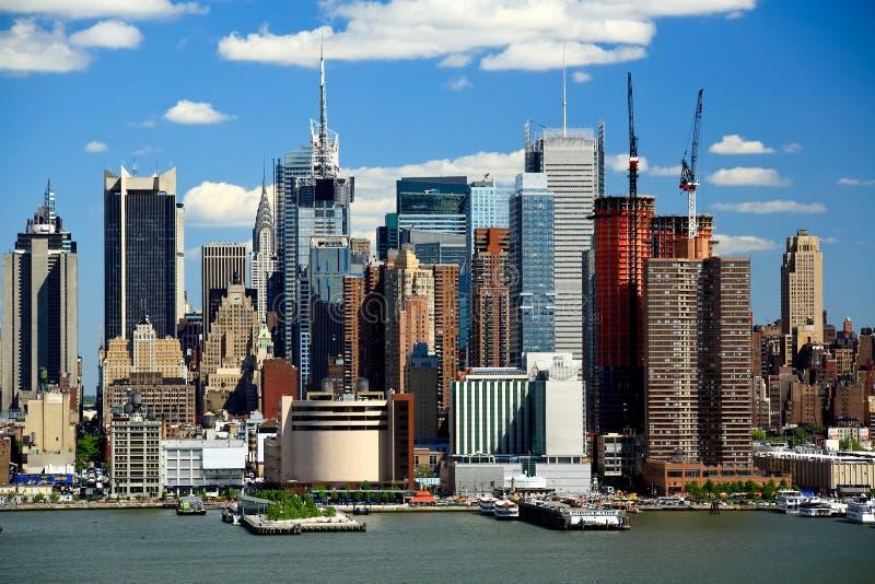 A skyline de Manhattan do Midtown em um dia ensolarado fotos de stock royalty free