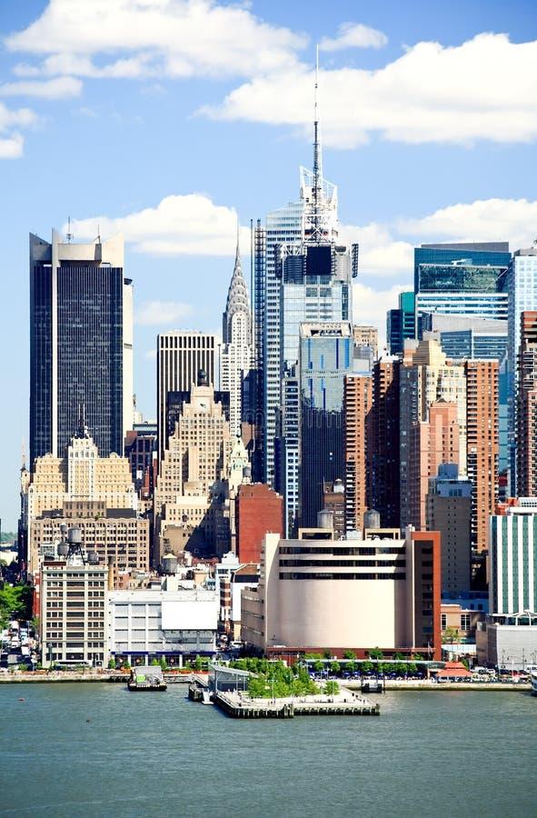 A skyline de Manhattan do Midtown em um dia ensolarado foto de stock royalty free