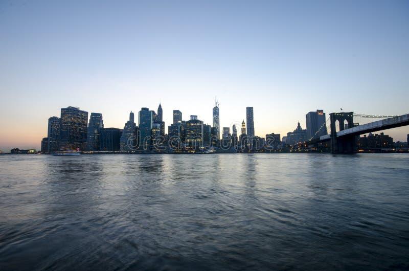Skyline de Manhattan e ponte de Brooklyn. New York City. Cena urbana da noite. EUA imagens de stock