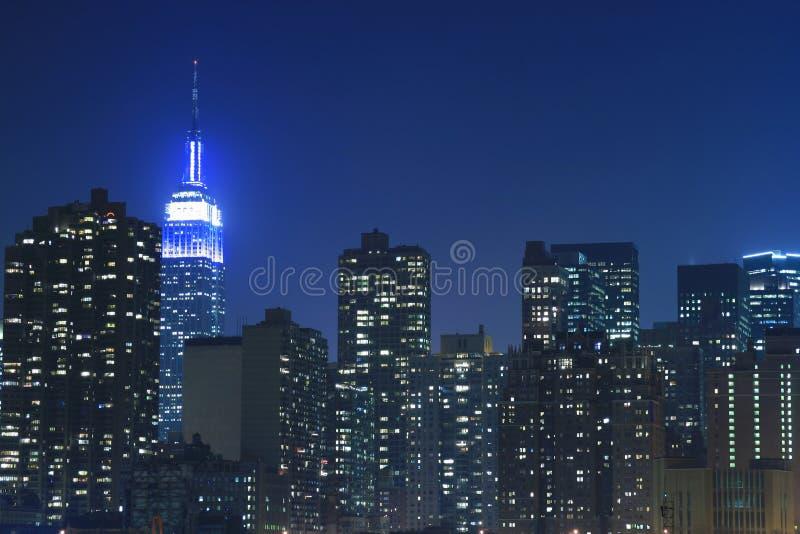 Skyline de Manhattan em noites imagem de stock