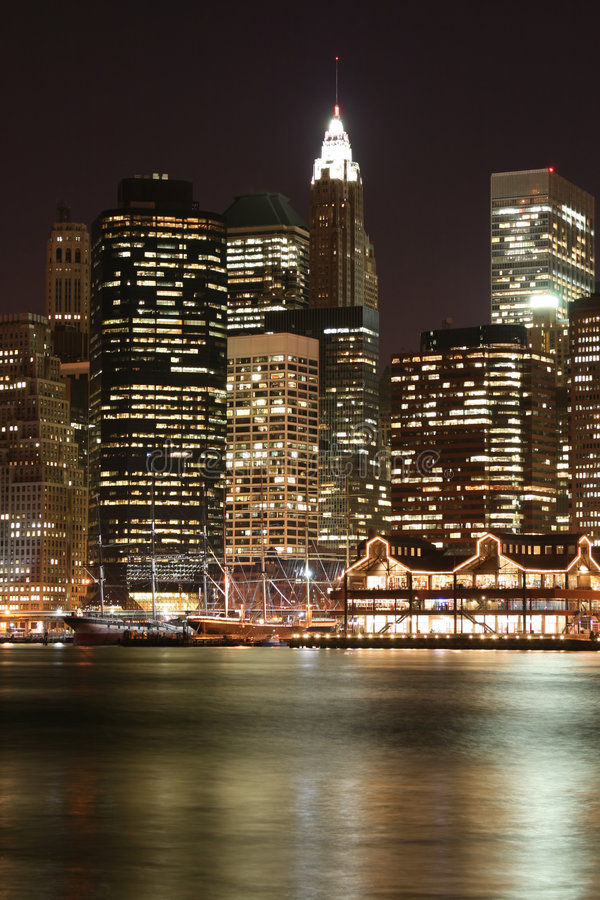 Skyline de Manhattan em noites foto de stock