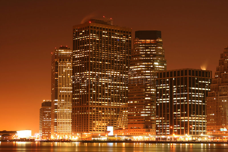 Skyline de Manhattan na noite fotos de stock royalty free