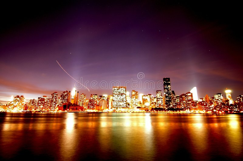 Skyline de Manhattan na noite fotografia de stock royalty free