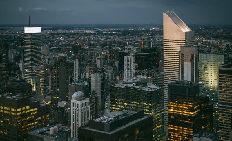 Skyline de Manhattan na noite em New York City imagem de stock