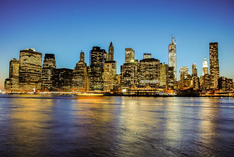 Skyline de Manhattan no por do sol, fechada à noite Vista agradável desde Brooklyn fotografia de stock royalty free