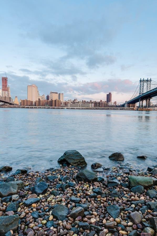 Skyline de Manhattan de Pebble Beach em Brooklyn, Estados Unidos fotografia de stock