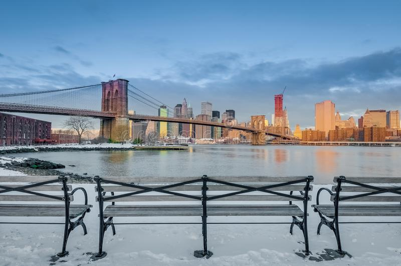 Skyline de Manhattan de Pebble Beach em Brooklyn, Estados Unidos fotos de stock