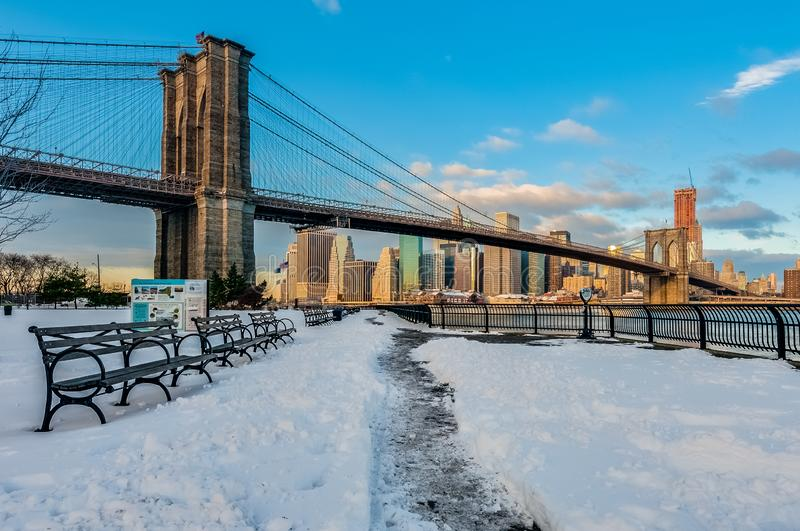 Skyline de Manhattan de Pebble Beach em Brooklyn, Estados Unidos foto de stock