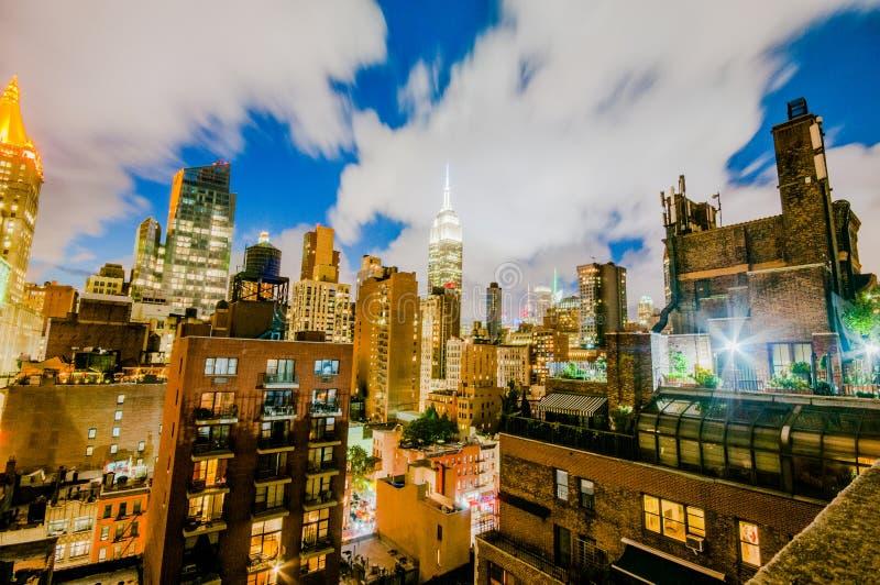 Skyline de Manhatten na noite da parte superior de uma construção foto de stock royalty free