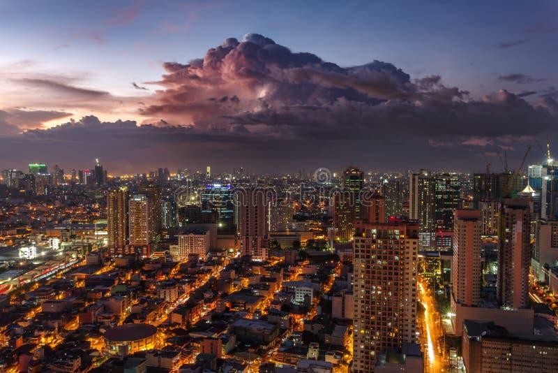 Skyline de Manila do metro no por do sol fotos de stock royalty free