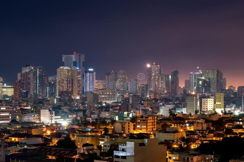 Skyline de Manila na noite com construções altas da elevação foto de stock royalty free