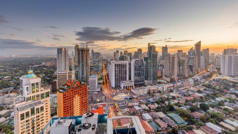 Skyline de Manila Opinião de Makati, o distrito financeiro da noite do metro Manila imagem de stock royalty free