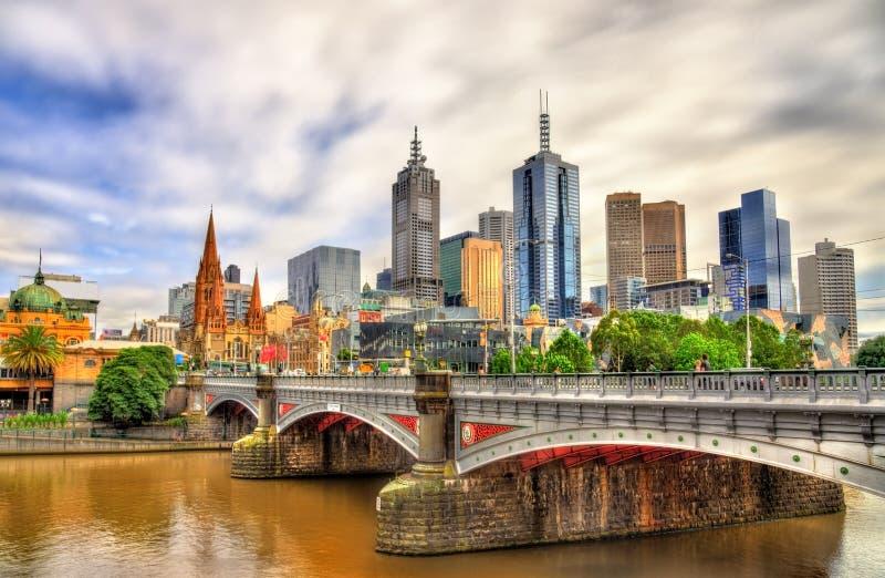 Skyline de Melbourne ao longo do rio de Yarra e dos príncipes Ponte - Austrália fotos de stock royalty free