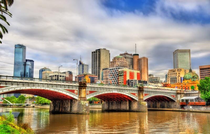 Skyline de Melbourne ao longo do rio de Yarra e dos príncipes Ponte - Austrália imagens de stock royalty free