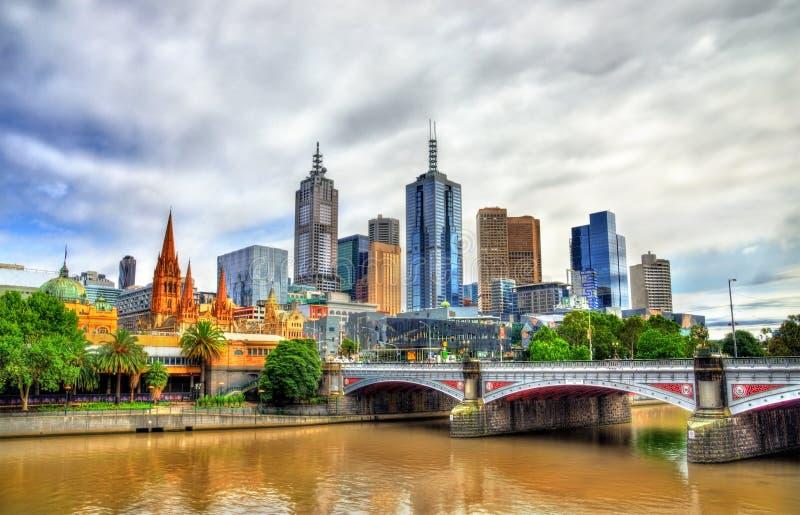 Skyline de Melbourne ao longo do rio de Yarra e dos príncipes Ponte - Austrália fotos de stock