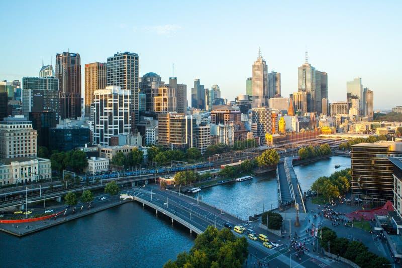 Skyline de Melbourne para o St do Flinders fotos de stock