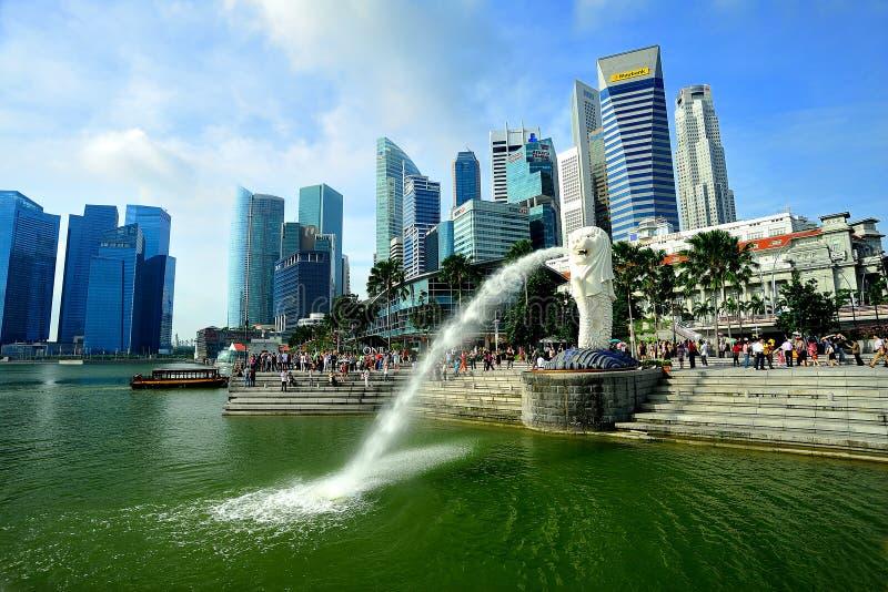 Skyline de Merlion e de Singapore imagens de stock royalty free