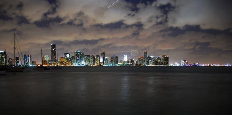 Skyline de Miami da opinião da noite fotografia de stock